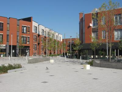 Place Valois vers l'est, promenade Luc Larivée